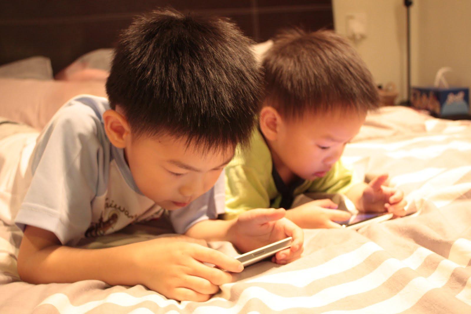 Những cách bố mẹ nên áp dụng trong đời sống để con trẻ không còn lạm dụng thiết bị thông minh