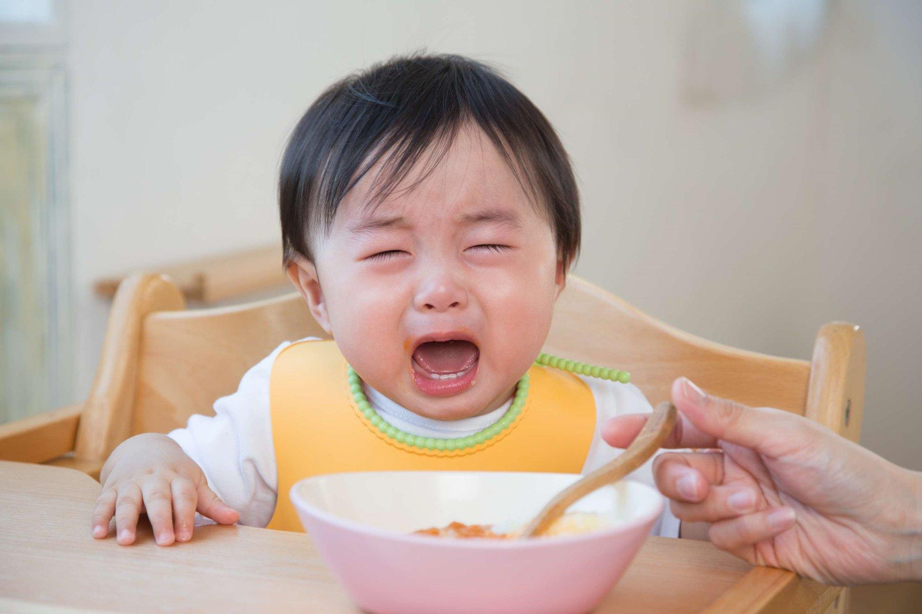 Trẻ thường xuyên quấy khóc và không hợp tác trong việc ăn uống
