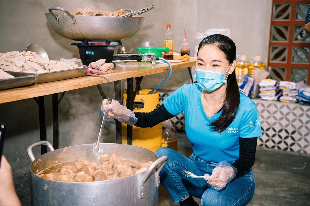 những người đẹp tham gia hỗ trợ nấu ăn cho người nghèo ở TPHCM