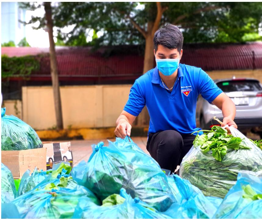 Nhiều người trẻ cùng nhau hỗ trợ người dân để có được rau xanh trong khu vực cách ly